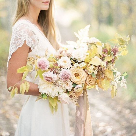 Another image from our 2019 Spring Wedding Color Palette Trends post (link in bio). Isn't this bouquet to die for? 📷 courtesy of @stylemepretty
