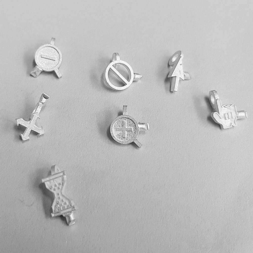 Who uses 3D printing? - Product designers for creating quick prototypes of their productsSurgeons for medical implants and prostheticsDentists for dental implantsSpaceships and AutomotiveArchitects - concrete and specific designs for buildings.Scientists - biology, nano things and new materialsFashion designers - ClothingChefs - Food