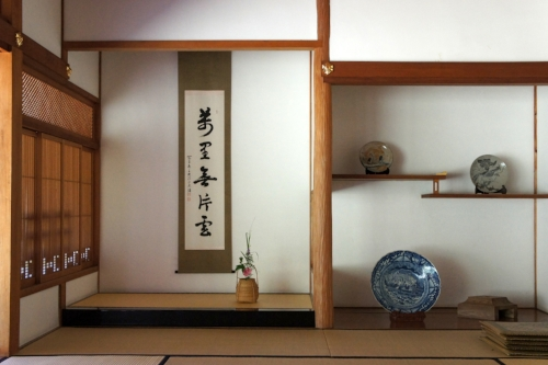 Example of  tokonoma  (alcove) where plant cuttings, ikebana, and scrolls are often placed to acknowledge the season. source: Wikimedia Commons