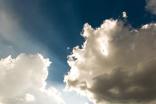 Negative Glaubenssätze sind wie dunkle Wolken am blauen Himmel.