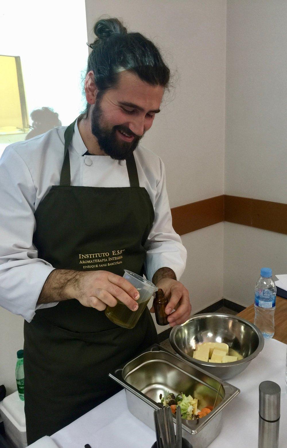 Adrian cocina aceites esenciales.jpg