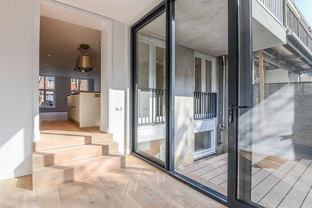 Mooie ruime woning in Amsterdam • Een complete interne renovatie waarbij er een nieuwe verdiepingsvloer is geplaatst zodat het souterrain een sta hoogte heeft van 2.40m. Hierdoor nu aangemerkt als extra woonruimte.  Aan de straatzijde zijn koekoeksramen geplaatst om de slaapvertrekken te voorzien van natuurlijk daglicht. Aan de achterzijde is een aanbouw gerealiseerd met een gefundeerd terras. Voor het bovenliggende appartement is een groot dakterras mee genomen. Het gehele appartement is voorzien van nieuwe kozijnen en elektra. Dit alles met een oog voor detail en een hoogwaardige afwerking. Neem voor meer informatie contact met ons op!  #bouwmeesters #bouwmeestersamsterdam #renovatie #completerenovatie #wooninspiratie #aannemers #aannemersbedrijf #interior #exterior #luxeryhomes #aanbouw #homedesign #terras #keukeninspiratie #keukenstyling #bathroomdesign #amsterdam #maatwerk #vakmanschap #ambacht #bouwkundigadvies #dakterras #soutterain