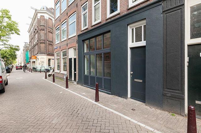 Mooi grachtenpand Amsterdam • Een complete renovatie aan dit historische pand in Amsterdam. Van oude garage naar modern stads appartment. Er is een nieuw dak aan de achterzijde geplaatst en de woning is geheel voorzien van vloerverwarming. De beneden etage is afgewerkt met een gietvloer, waar de begane grond is voorzien van een houten vloer. De muren in de badkamer zijn afgewerkt met een betoncire stuclaag. Aan de voorzijde zijn de oude garage deuren vervangen voor een strakke, stalen harmonica pui. Ten slotte is er een compleet nieuwe keuken geïnstalleerd. Kijk voor meer informatie op onze website.