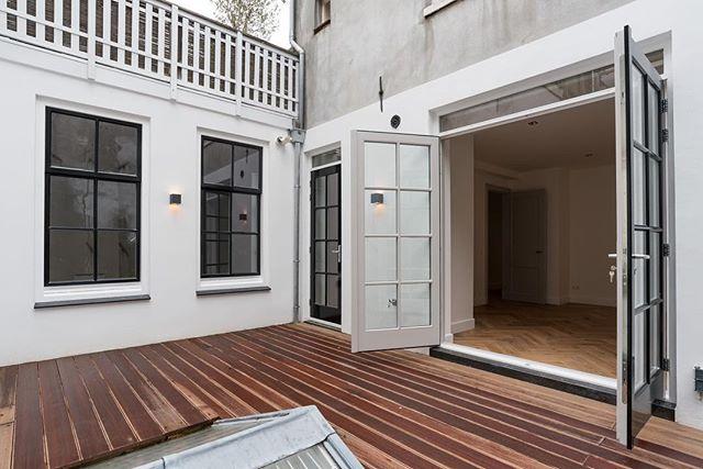 Schitterend licht appartement in het hart van Amsterdam • een volledige renovatie van dit monumentale grachtenpand. Een realisatie van een vernieuwde buitenruimte, nieuwe visgraat vloeren door het gehele huis en nieuwe ramen en kozijnen geplaatst. De volledige elektriciteit is opnieuw gelegd en aangesloten en het sanitair is in zijn totaal aangepakt. Het trappenhuis heeft daarnaast ook een face over gekregen en is voorzien van nieuwe leuningen en een nieuwe gestoffeerde vloer. Alles is, zoals altijd, met de grootste zorg afgewerkt. Kijk voor meer informatie over onze diensten op http://bouwmeesters.amsterdam     #bouwmeesters #bouwmeestersamsterdam #renovatie #buitenruimte #terras #dakterras #steigerhout #veranda #completerenovatie #wooninspiratie #aannemers #aannemersbedrijf #interior #exterior #luxeryhomes #homedesign #amsterdam #vakwerk #vakmanschap #ambacht #bouwkundigadvies #keuken #kitchendesign #kitcheninspiration #renovation #contractors