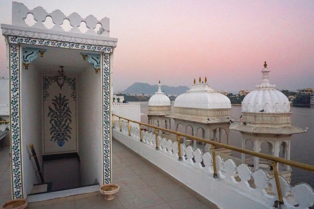 curio.trips.rajasthan.udaipur.taj.lake.palace.roftoop.sunrise.JPG