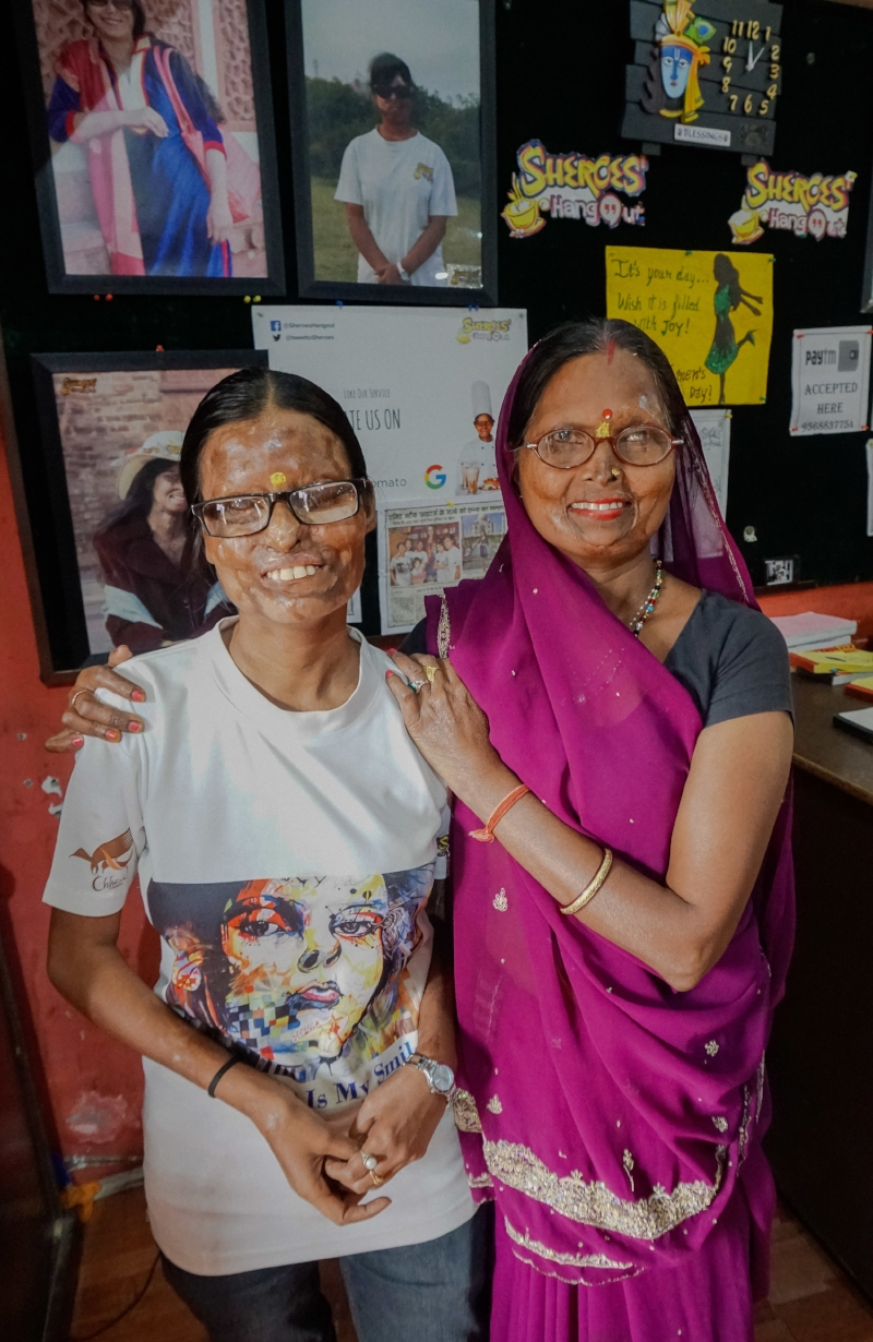 curio.trips.india.rajasthan.agra.sheroes.mother.daughter.victims.jpg