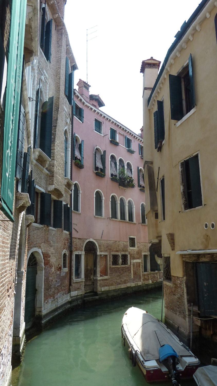 curio.trips.italy.venice.canal.bend.jpg