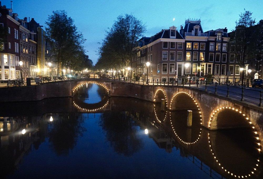 curio.trips.amsterdam.canal.night.jpg