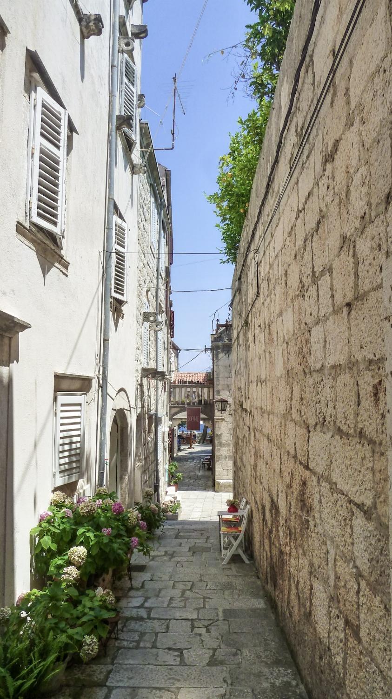curio.trips.croatia.korcula.alleys.jpg