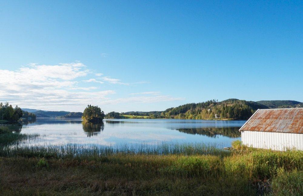 curio.trips.norway.fjord.lake.white.house.jpg