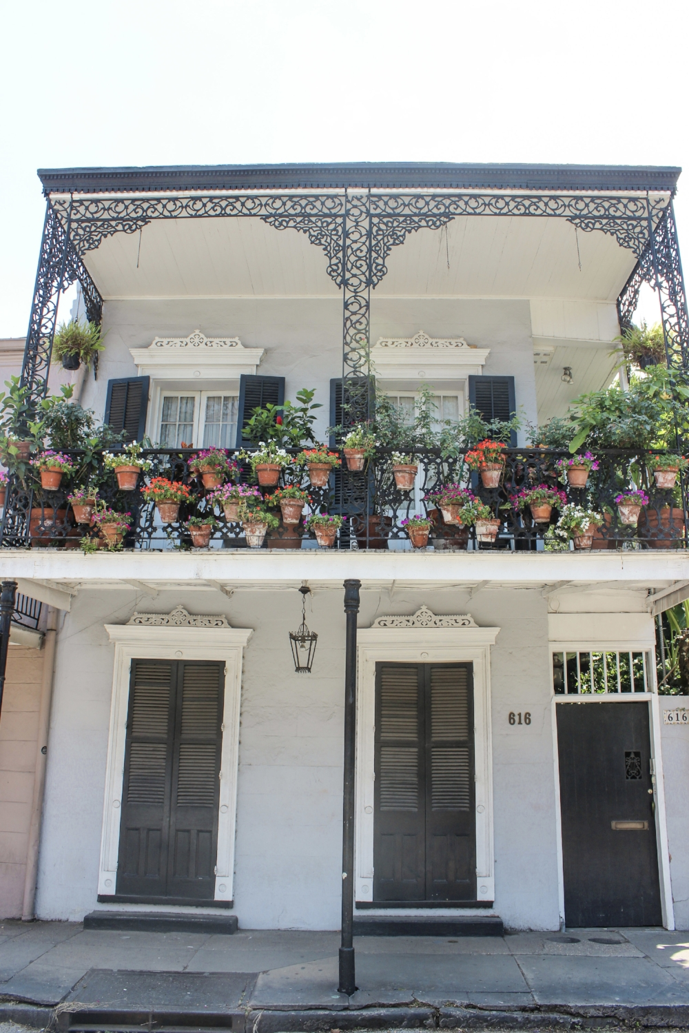 curio.trips.usa.new.orleans.white.house.balcony.jpg