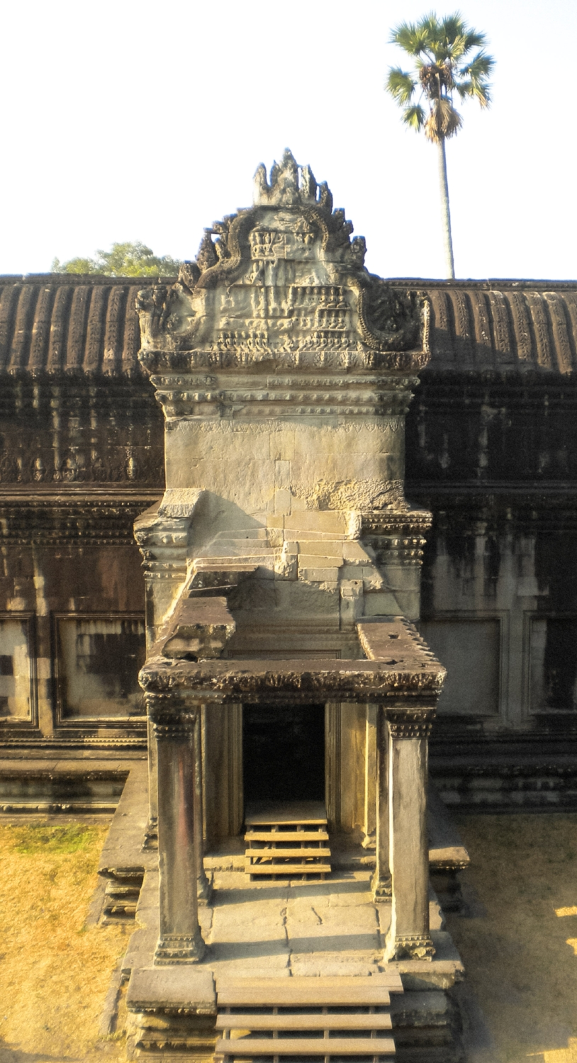 curio.trips.cambodia.siem.reap.angkor.wat.temple.steps.jpg