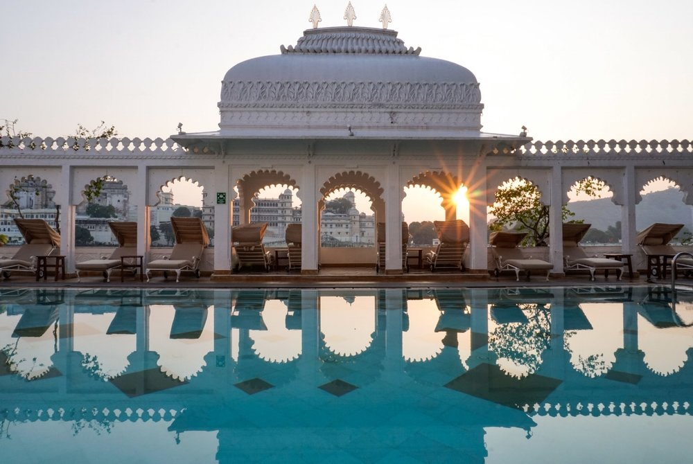 curio.trips.india.udaipur.taj.lake.palace.pool.sunrise-2.jpg
