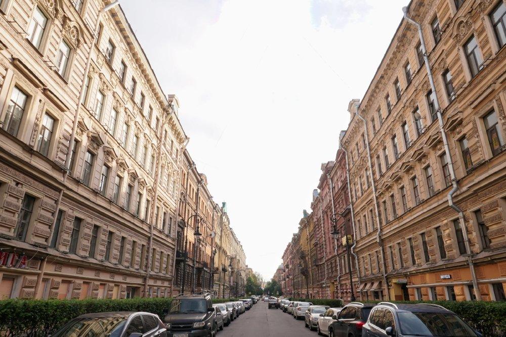 curio.trips.russia.st.petersburg.street.row.houses.landscape.jpg