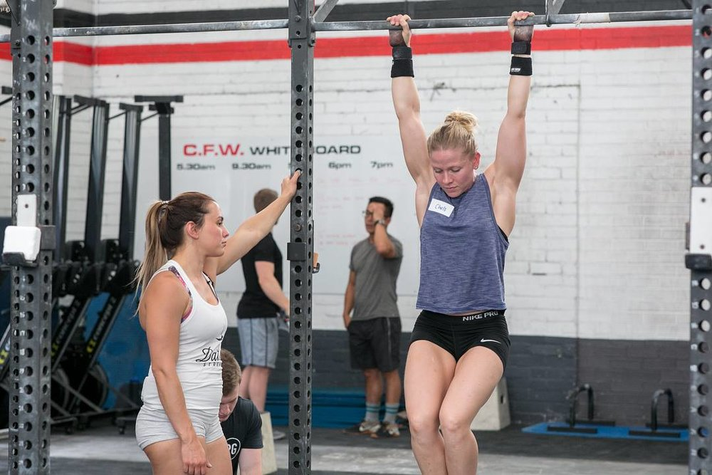 knee raise, crossfit, ttb