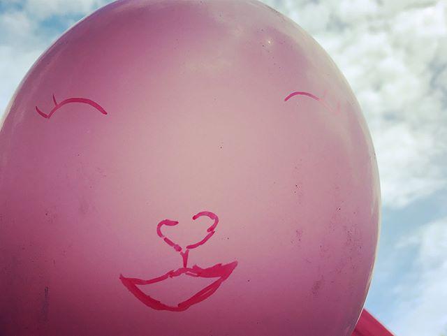 Tänään Kurkijameissa oli ilo ylimmillään kun työpajakojussa kepin päähän puhalletut ilmapallot muuttuivat satujen sankareiksi ja lapset pääsivät kokeilemaan ilmapallonukketeatteria! #kohtaamisia #teatterimuseo #kurkijamit #iloajayllätyksiä #päiväkodeille #kohtaamisiaitahelsingissa