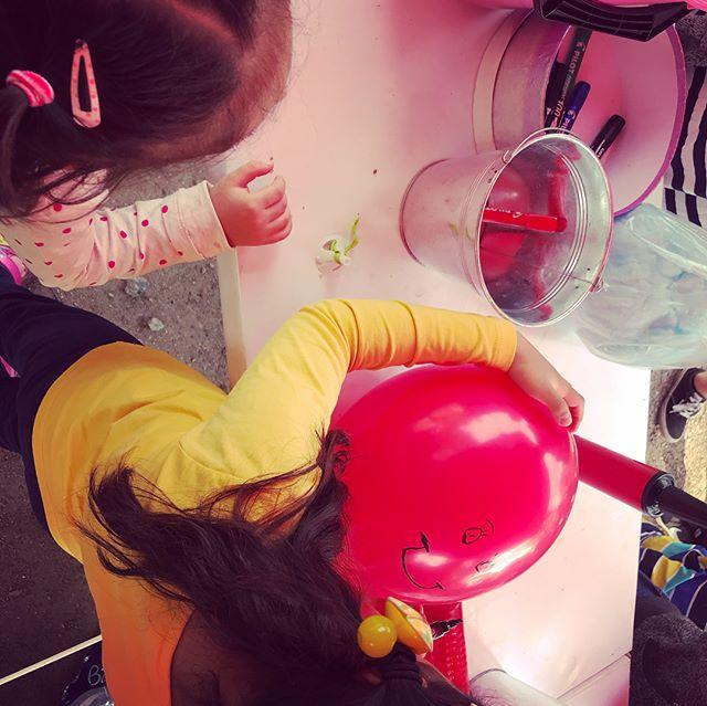 Riemukkaita työpajatunnelmia koettiin tänään @teatterimuseo :n työpajakojulla Kurkijameista! 🎈❤️🎈Jonot työpajaan olivat melkoiset, 😅mutta hymyistä päätellen hyvää kannatti odottaa!😉🎈🎈🎈#ilmapallonukketeatteria #workshop #balloonpuppets #työpajatoiminta #teatterimuseo #kohtaamisiaitahelsingissa #yhdessäenemmän #lastenkulttuuri #kurkijamit  #iloajayllätyksiä #helsinginmalli