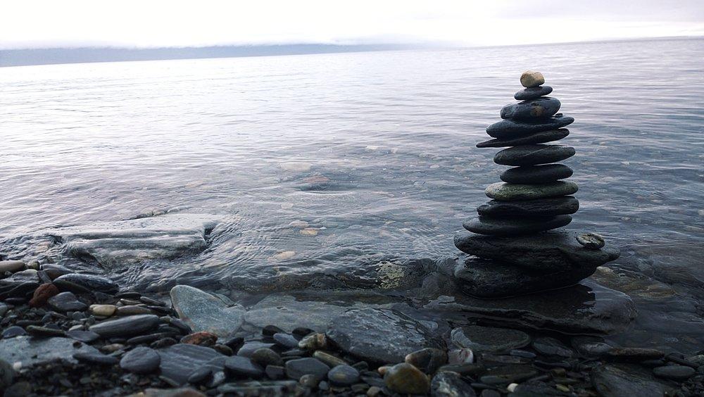 Släta stenar slipade av glaciärvattnet