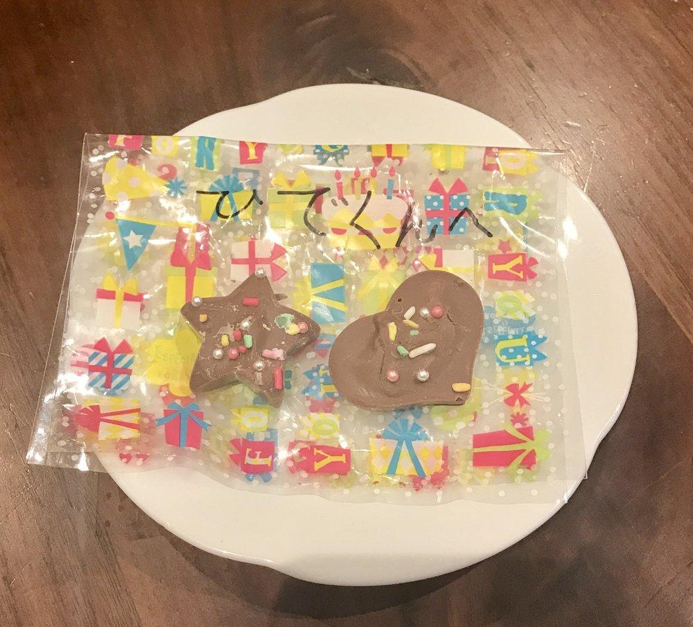 息子小2が、女の子から、プレゼントされたチョコ。  手作りのようです。(^_^)  「袋、とっておいて!」と言われ…。  バレンタインデーの原点をみたような、  優しい気持ちになるものですね。(o^^o)