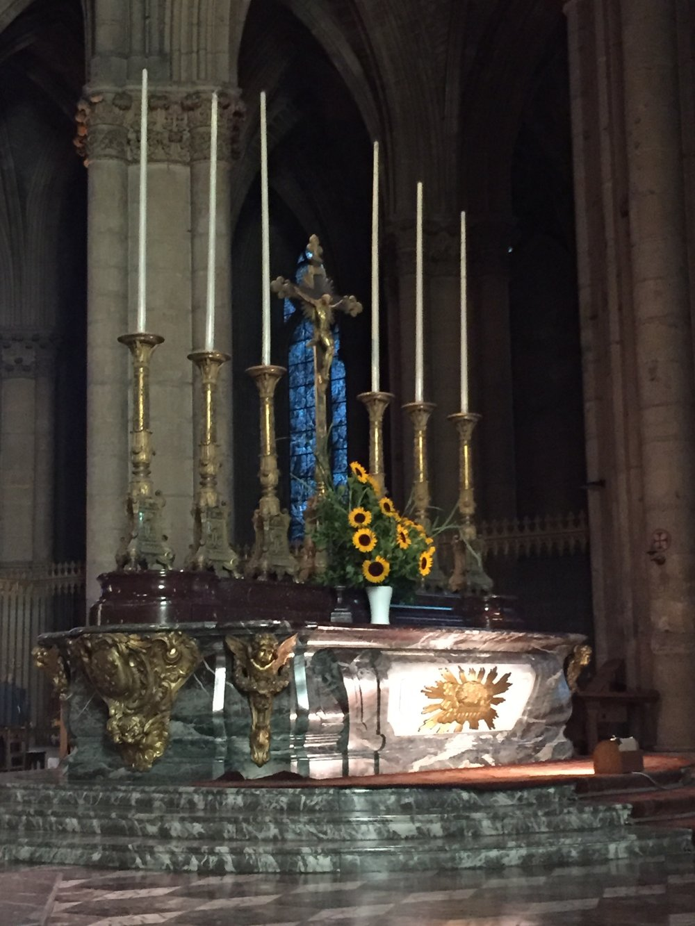 I've never seen sunflowers in a church, until we went to the Reims cathedral a few weeks ago for a beautiful mass and there she was, Olivia saying hello.