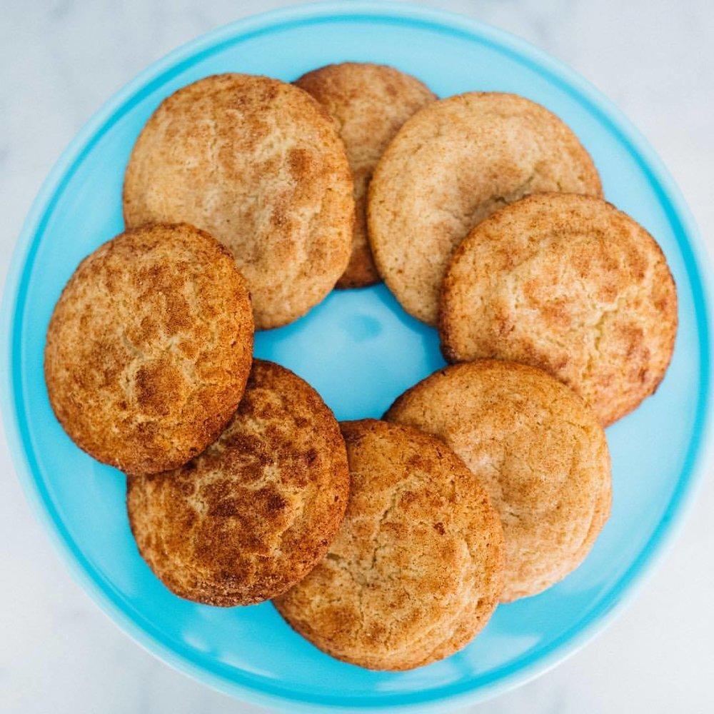 Quand nous disons des classiques américains, nous ne plaisantons pas. Goûtez ce Snickerdoodle cookie! Un délice sucré à la cannelle, parfait pour toutes les saisons.