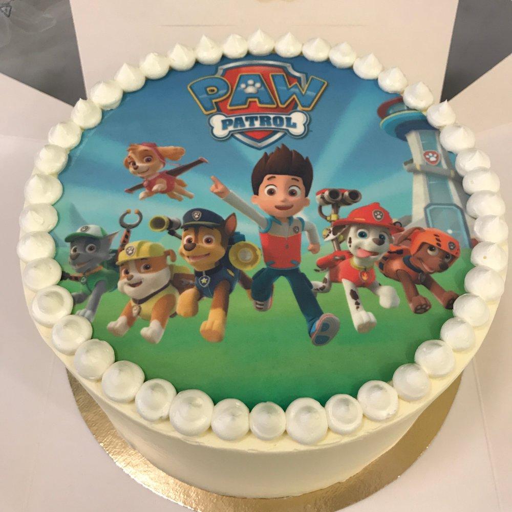 Personnalisez vos gâteaux avec des garnitures, de l'écriture, des décorations ou plus. Comme ce gâteau avec une image sucrée pour un anniversaire!