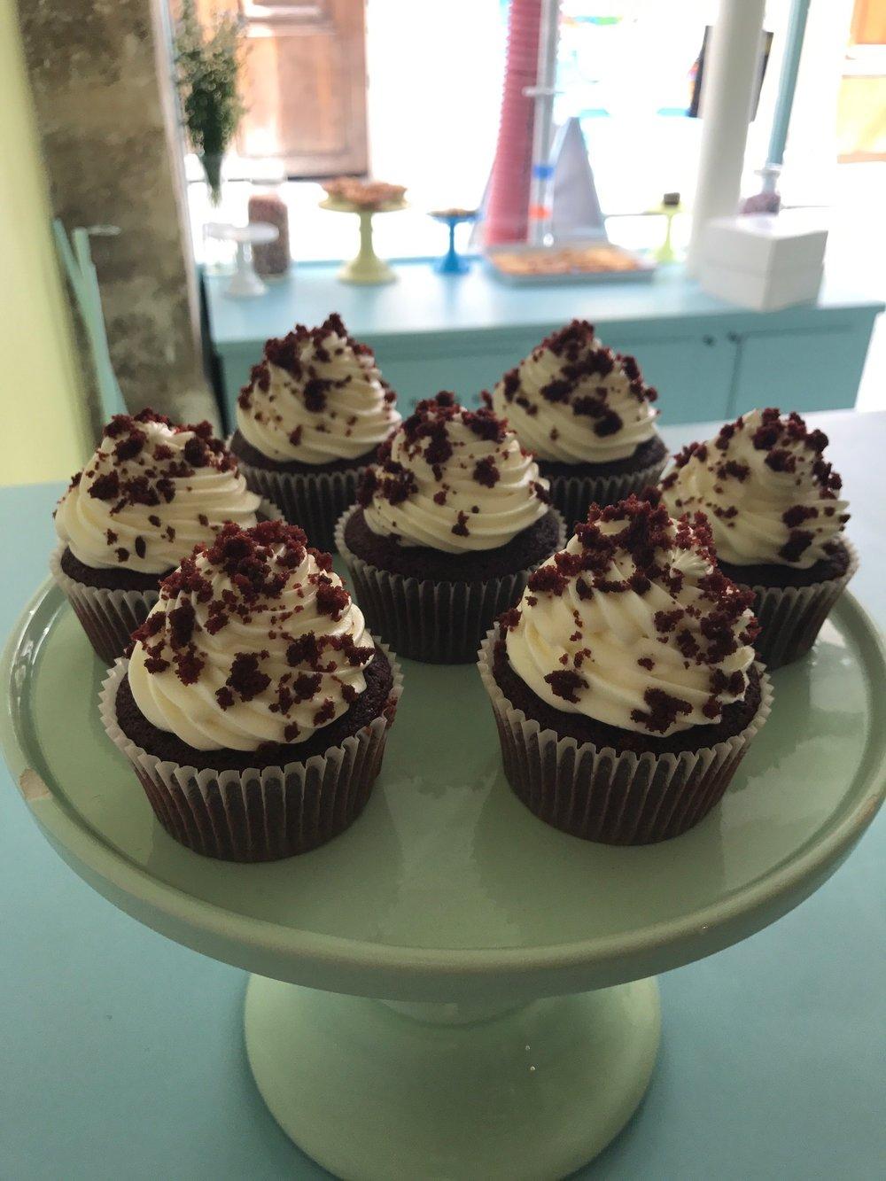 C'est quoi le red velvet? Juste un gâteau moelleux au chocolat noir, coloré rouge selon la tradition, avec un glaçage Philadelphia!