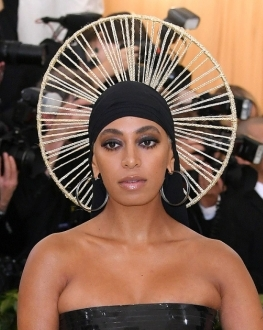 1525752887_solange-knowles-steps-out-in-black-dress-headpiece-at-met-gala-620x330.jpg