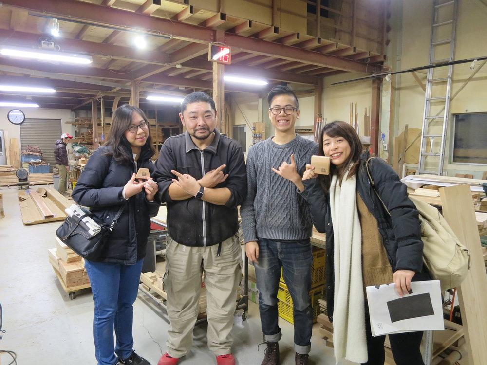 ベトナム出身の留学生と台湾出身のデザイナーが石巻工房について学びました。