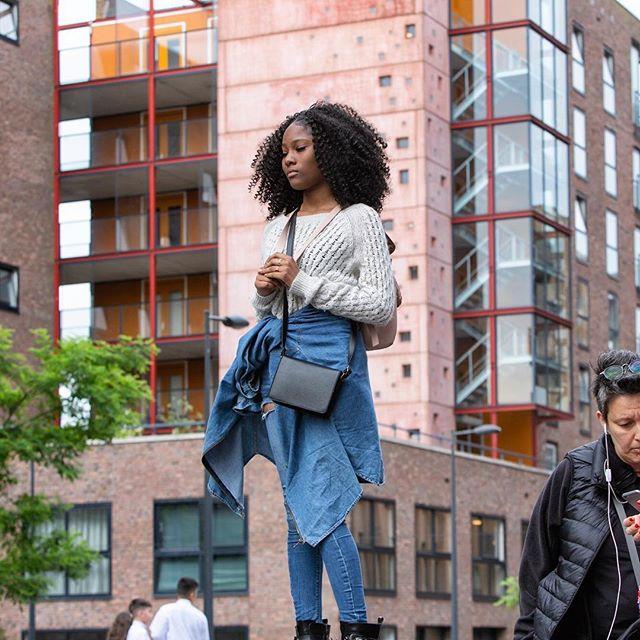 LAUREN OP IJBURG X HOLLAND FESTIVAL | Op zaterdag 16 juni vond de interactieve excursie (gebaseerd op Octavia Butler's Parable Of The Sower) Lauren op IJburg plaats. Studenten, inwoners van IJburg en sci-fi liefhebbers keken door de ogen van Lauren naar het utopische IJburg | 📸Ada Nieuwendijk | #IJburg #Amsterdam #AHK #HollandsFestival #theatre #audiotour #afrofuturism #sciencefiction #ParableOfTheSower #history #future #change
