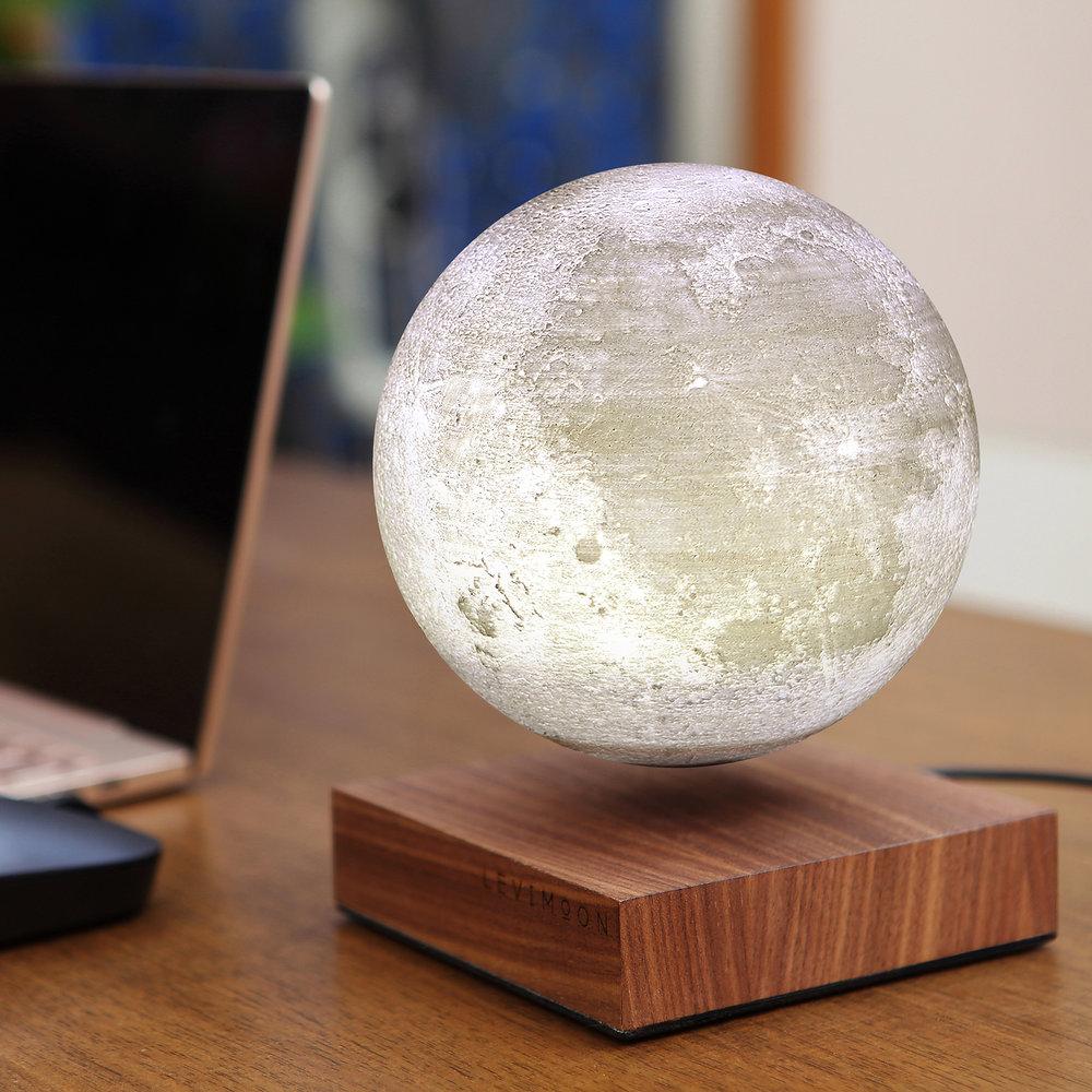 mBmEnMJvox_levimoon_levitating_moon_light_office-desk_7_original.jpg