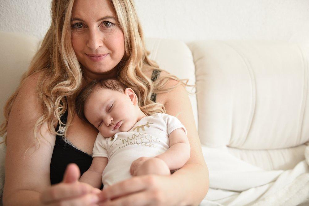 Porod doma - V času naših babic so porodi doma bili nekaj vsakdanjega, danes pa je tovrstna izkušnja prej izjema kot pravilo. In takšno presenečenje je doživela Bernarda, ki je v jutranjih urah čutila popadke in deset dni pred rokom rodila doma, na wc-ju. In če se je pri prvem porodu v bolnišnici mučila kar 18 ur, je porod doma opisala kot užitek, kjer je porod deklice Vivien trajal uro in dvajset minut.