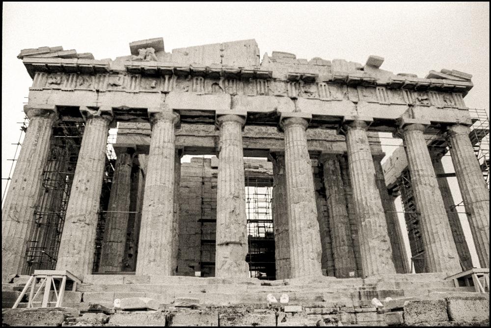 Atena in večna Akropola - Atena je grška boginja civilizacije, modrosti, tkanja, obrti in disciplinirane strani vojne; je hči Zevsa in Metide, njeno ime pa pomeni božji um. Njej posvečeno je mesto Atene, ki ga je dobila v bitki za prevlado s Pozejdonom. Na mestu na katerem je udarilo njeno kopje in od koder je prišla prva oljka, še vedno raste to sveto drevo.