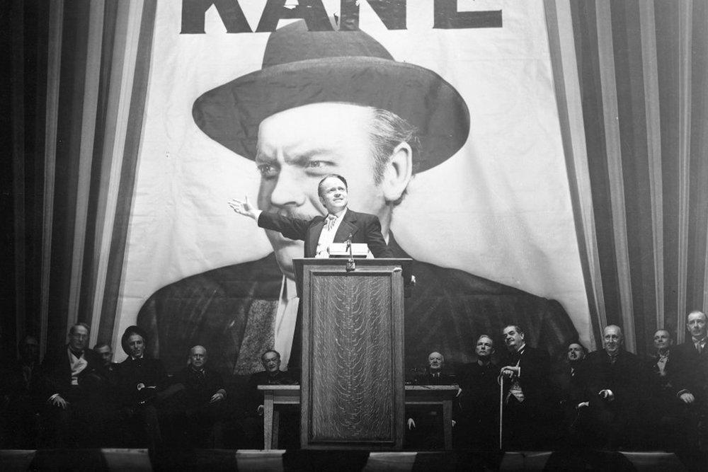 Kaj nas uči Orson Welles, Državljan Kane in oče rumenega tiska - Leta 1938 je Orson Welles predvajal dramatizirano radijsko zgodbo Vojna svetov v obliki fiktivne reportaže, ki pripoveduje o invaziji marsovcev, in pri tem bil tako prepričljiv, da so mnogi poslušalci verjeli, da planet napadajo neznana bitja iz vesolja. Dogodek, ki je ustvaril masovno paniko, je mlademu režiserju odprl vrata v Hollywood in k ustvarjanju kultnega filma.