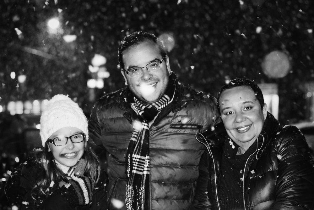 Eles vieram passar o Ano Novo na Big Apple e essa foto foi de quando a Helena (criança) viu neve caindo pela primeira vez. Olha que algria!