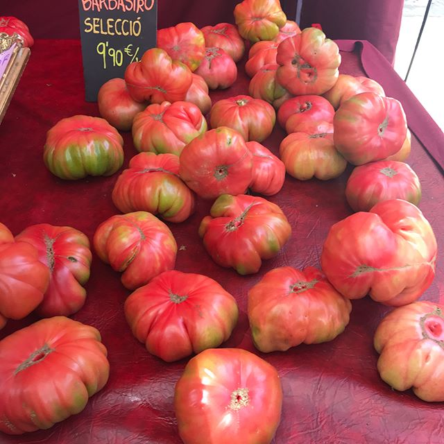 Tomatoes the size of your head, dates the size of your fist, bread the size of your bum! 🍅🥖🥔🍯🧀 Sagrada Familia + Food + Culture + Dance = the Perfect Sunday!  I ❤️ Barcelona! . . . #bodysoulwhole #barcelonahealthcoaching #barcelona #expatlifestyle #sundayvibes #realfood #backtobasics #foodthesizeofyourhead #ñamñam #sagradafamilia #barcelona