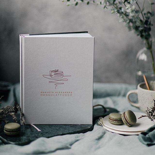 Azt a megtisztelő feladatot kaptuk @aalexahorvath -tól, hogy mi tervezzük meg a könyve borítóját. Egy letisztult, nem tipikus köntöst kapott :) Már rendelhető az Egy csipet torta megálmodója, Alexandra Horváth szakácskönyve. Mese fotók: @tbreni.photo