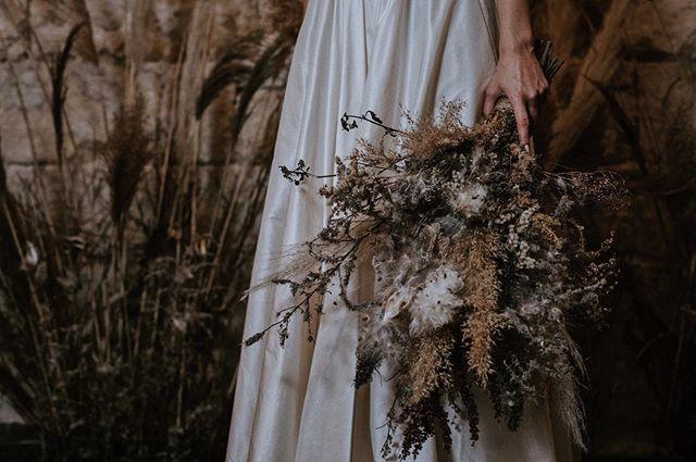 vad. 🖤 virág.  nektek bejön ez a stílus?🙈💐🖤. . . . 📷@petrapakophotography . . . #heyhellomay #weddingtable #weddingbouquet #bouquet #flowers #weddingtime #nostalgic #junebugweddings #thebridestory #ruffledblog #janeausten #greenery #greenweddingshoes #rocknrollbride #rusticweddingchic #theperfectpalette #theknottybride #diybride #weddingchicks #weddingsparrow #vscohungary #magnoliarouge #artfullywed #photobugcommunity  #LoveAuthentic #HuffPostIDo #twobrightlights #weddinglovebug #bestweddingshots .