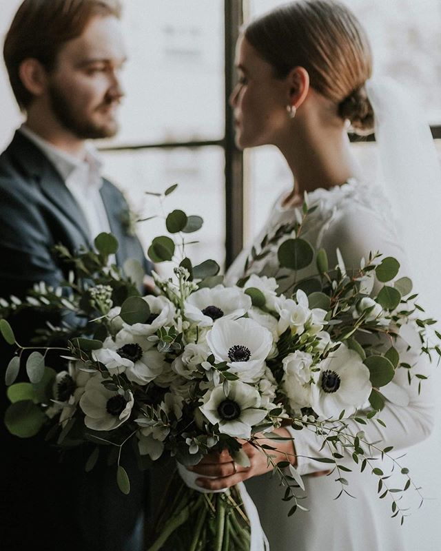 love is in the air🖤🌿 . . . #heyhellomay #bride #weddingbouquet #bouquet #flowers #weddingtime #junebugweddings #thebridestory #ruffledblog #minimal #anemone #greenery #greenweddingshoes #rocknrollbride #rusticweddingchic #theperfectpalette #theknottybride #diybride #weddingchicks #weddingsparrow #vscohungary #magnoliarouge #artfullywed #photobugcommunity  #LoveAuthentic #HuffPostIDo #twobrightlights #weddinglovebug #bestweddingshots