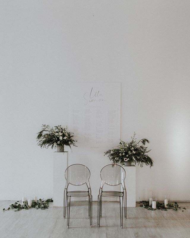 🖤🌿 #sittingtable #welcome #weddingflowers #weddingbouquet #greenery #weddinddecor #weddingday #outdoorwedding #liveandlaugh #happymoments #happiestday #bride #heyheyhellomay #greenweddingshoes #junebugweddings #authenticlovemag #theweddinglegends #loveandwildhearts #vscomood #adventurouswedding #intimatewedding #weddingseason #lookslikefilm #adventurouswedding #adventure #loveauthentic