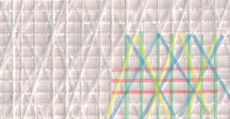 Foto 1. Rödamarkerade varptrådar och grönmarkerade väfttrådar. De gulmarkerade x-lagda trådarna ligger med 20 graders vinkel och de blåmarkerade med 30 graders vinkel. De x-lagda trådarna ligger närmre väftens riktning än varpens för att hjälpa till med att ta upp de stora krafterna tvärs duken (längs akterliket).