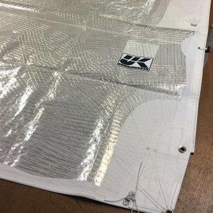 X-Drive Silver   Beskrivning:  Obrutna och stumma fibrer som är tejpade i seglets kraftriktningar för att säkra upp seglets perfekta vingprofil. Tillgänligt med ett vitt utförande.    Konstruktion:   Extra lättvikts cross-cut-paneler i laminatduk förstärkta med obrutna trådar som löper från seglets tre hörn.   Material:  Glasfibertrådar som läggs om 11 i seglets kraftriktningar. Glasfibren är inte lika stumt som kolfiber men är billigare.   Formstabilitet:  ★★★   Hållbarhet:  ★★★★   Form efter 500 timmar:  Cirka 70%   Pris:  €€€