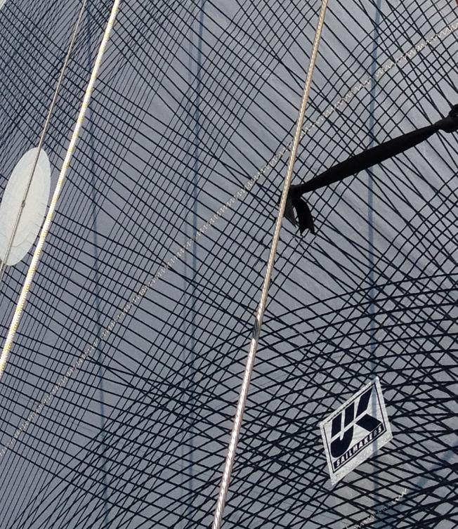 En närbild tagen i närheten av halsen på ett X-Drive Carbon storsegel som visar på hur tätt kolfibertrådarna ligger.