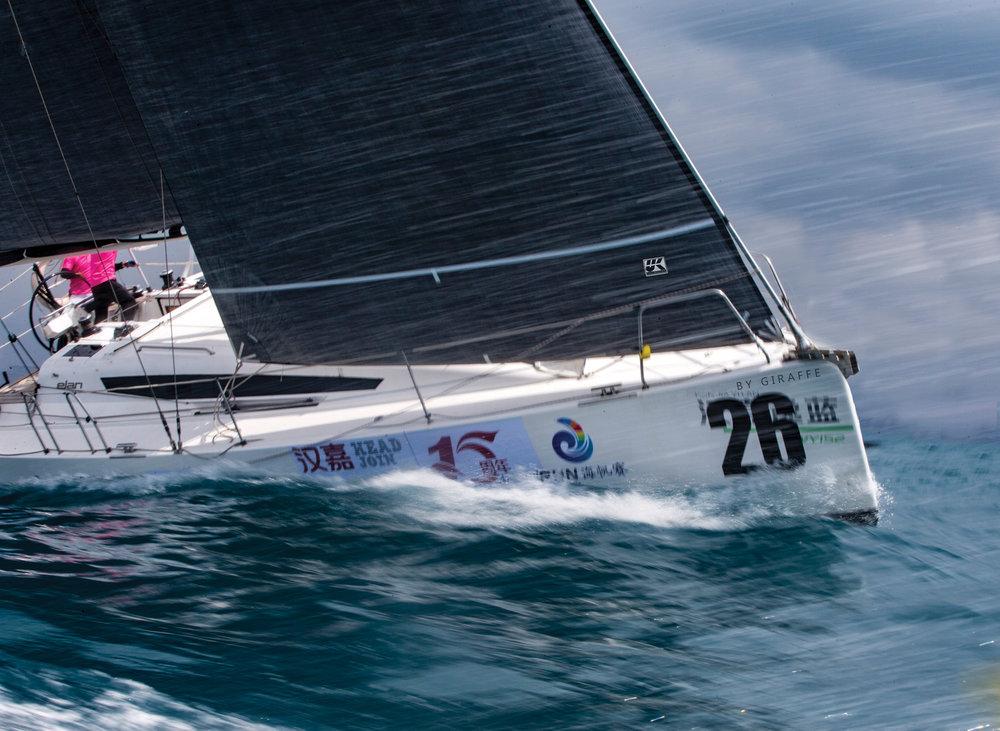 Uni-Titanium med Lite Skin ger seglar ett mörkt grått utseende och stor hållbarhet.