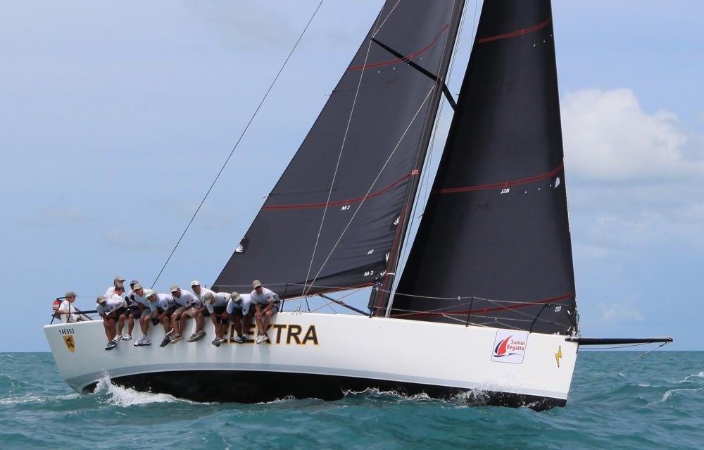 Sydney 43 ELEKTRA på kryss med Black Titanium stor och fock.