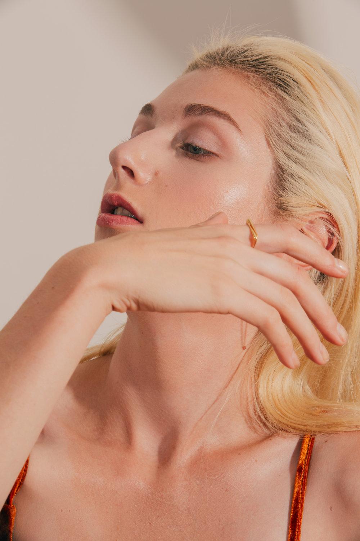 Kozminka-fine-senses-love-ring-model.jpg