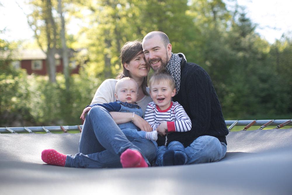 Mamma Anna-Maria, pappa Christofer, Anton 2,5 år och Ernst 5 år på studsmattan hemma i Halmstad.