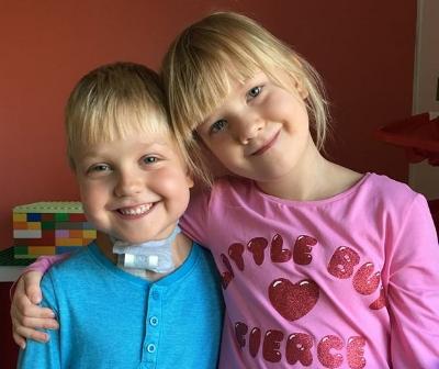 Tvillingsyster Agnes och mamma är alltid med. Ibland får storebrorsorna följa med men oftast får de vara hemma med pappa och gå i skolan.