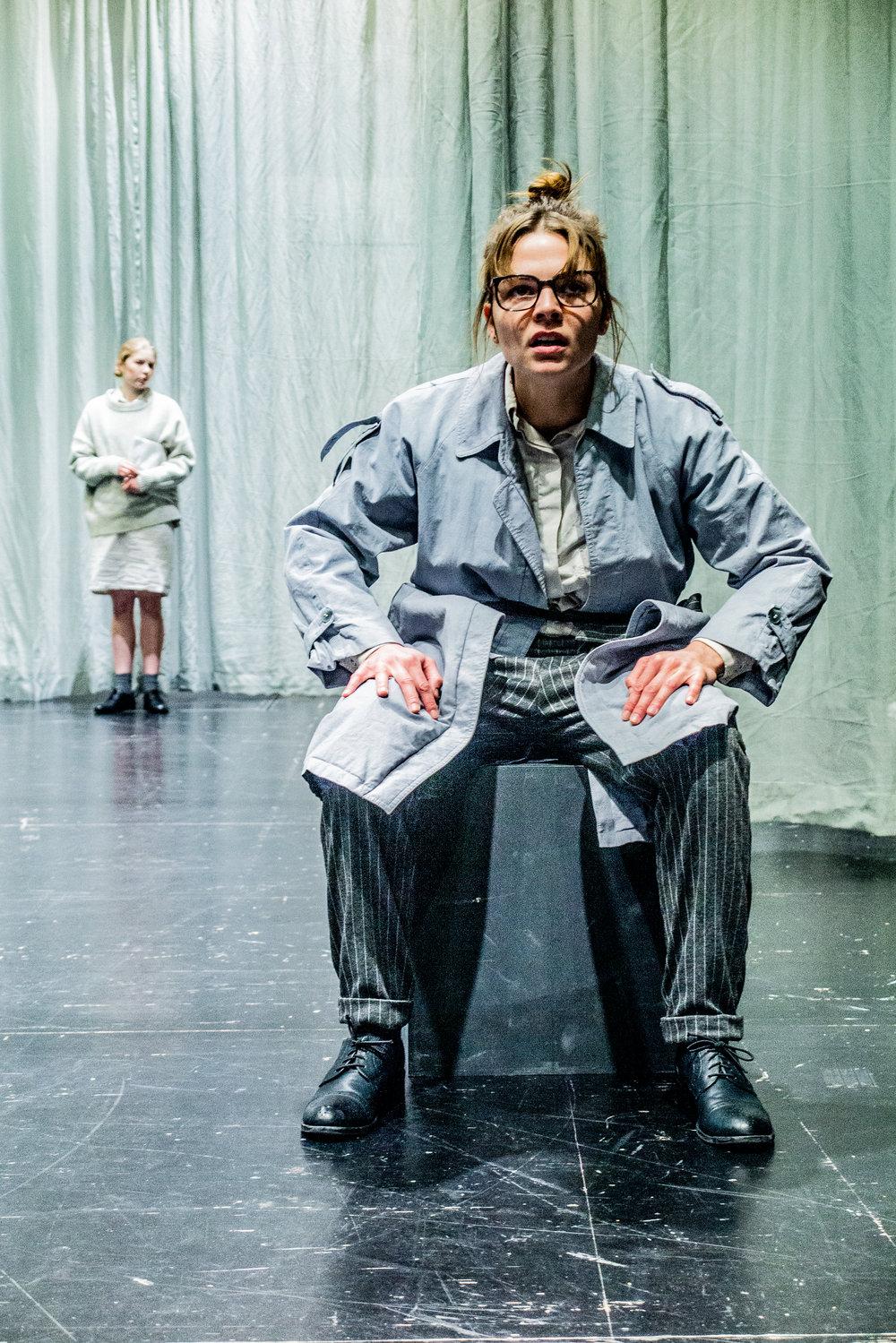 Foto: Stephan Teuwissen   Fräulein Montag, Kafkas Prozess 2019, Theater der Künste Zürich   v.l.n.r.: Jana Rottmann