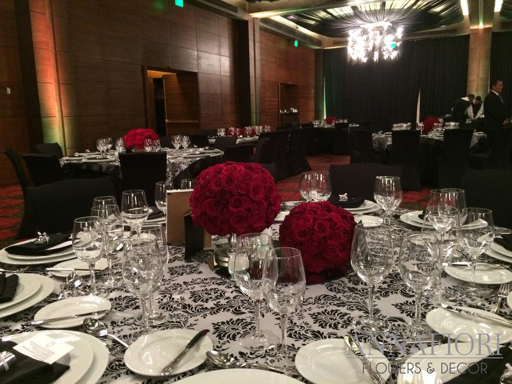 centros de mesa con rosas rojas.jpg